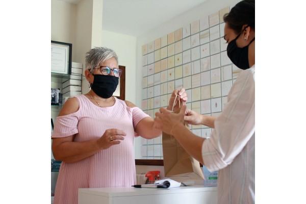 Masque couvre visage s'attache derrière les oreilles ou derrière la tête